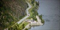 Вид на смотровую площадку с памятником строителям ГЭС с гребня плотины