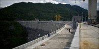 Длина по верхнему гребню - 1066 метров, ширина - 25 метров
