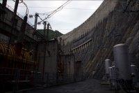Между машзалом ГЭС и плотиной. Слева трансформаторы, справа система отжатия воды от рабочего колеса