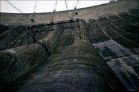 Вода подводится к турбинам по однониточным сталежелезобетонным водоводам диаметром 7,5 м