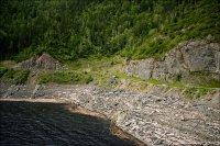 Водохранилище Саяно-Шушенской ГЭС. Впереди - понтоны запани, по берегам - всплывшая древесина