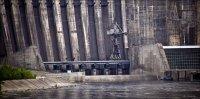 На Саяно-Шушенской ГЭС водосбросная плотина расположена в правобережной части русла и имеет 11 водосбросных отверстий